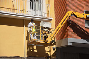 painting-apartment-block-exterior-from-raised-lift