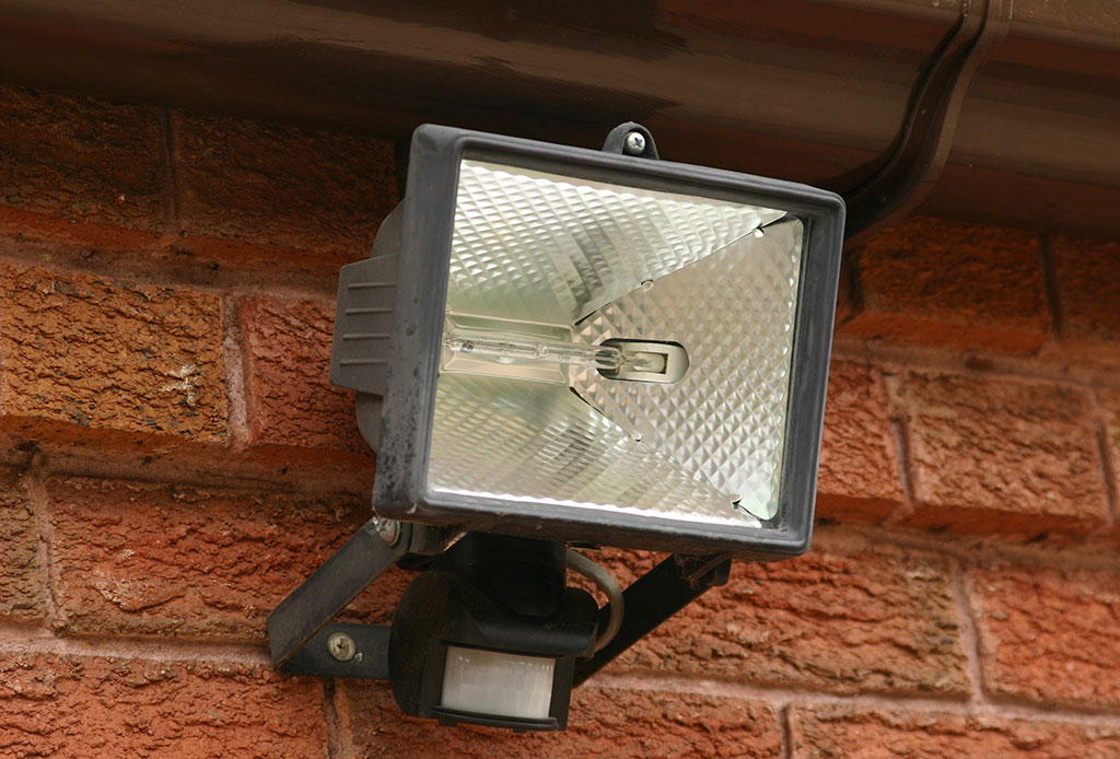 security-light-with-pir-fixed-to-wall